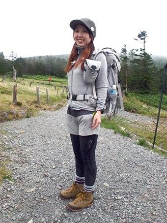 シンプルな服装の山ガール