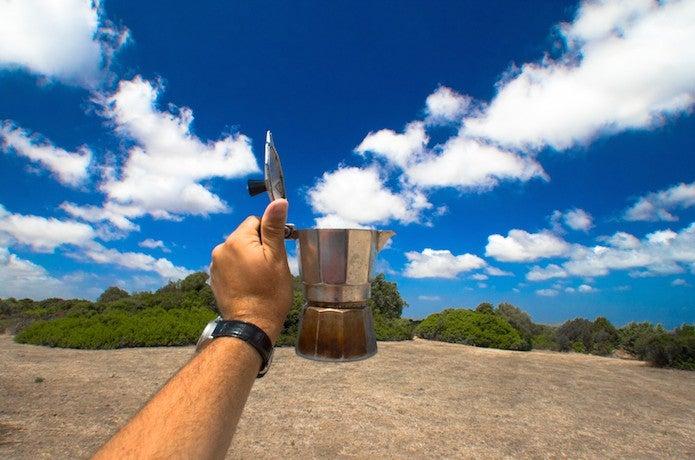 アウトドアコーヒーを持つ手