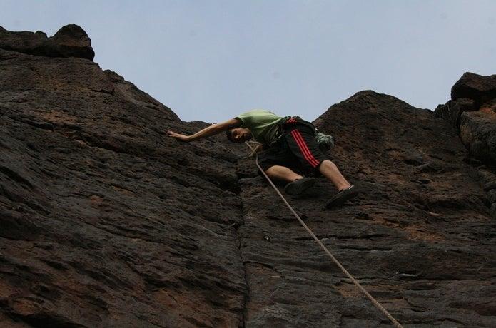 ザイルをつけて登る男性