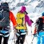 マムートのザックを背負って山を登る3人