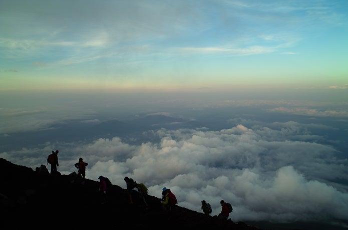 富士山を登る登山者