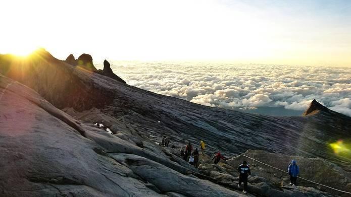 早朝から山に登る人