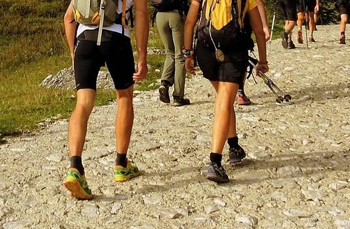 山に登る人の足元