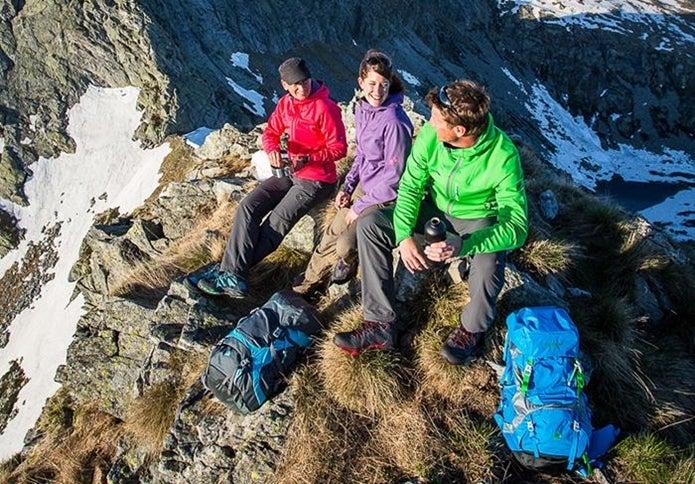 山頂で会話する男女