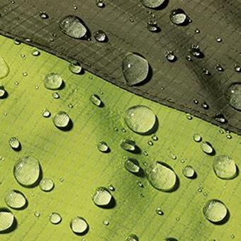 ミズノのレインウェアの撥水性を示す