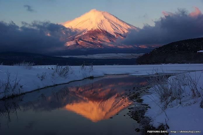 水面に映る赤富士