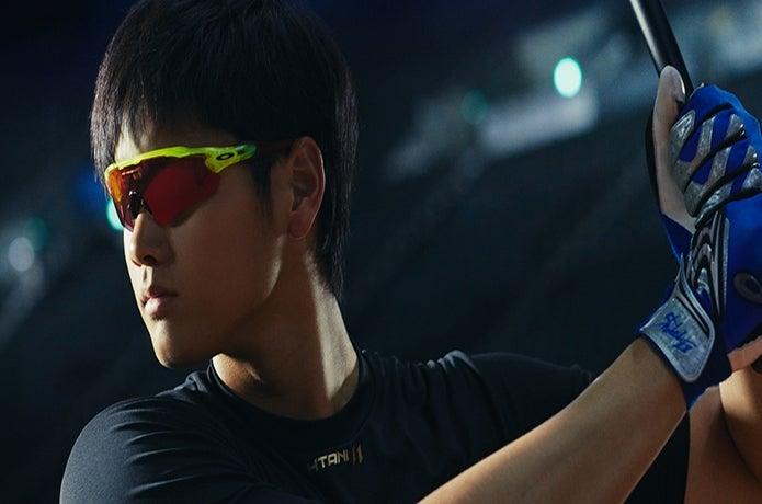 オークリーのサングラスをかける野球選手