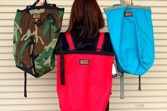 ミステリーランチのブーティーバッグを背負う女性