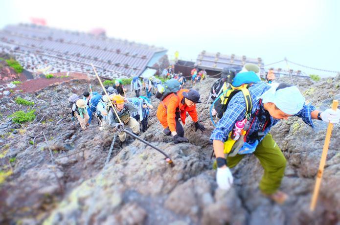 富士山を登る登山客