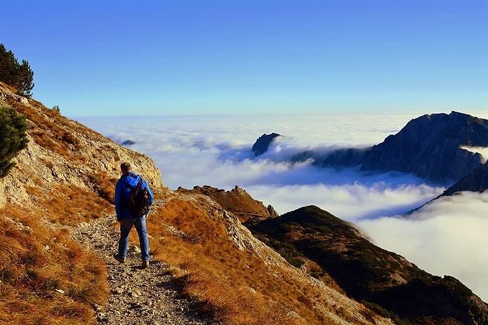 山を歩く男性