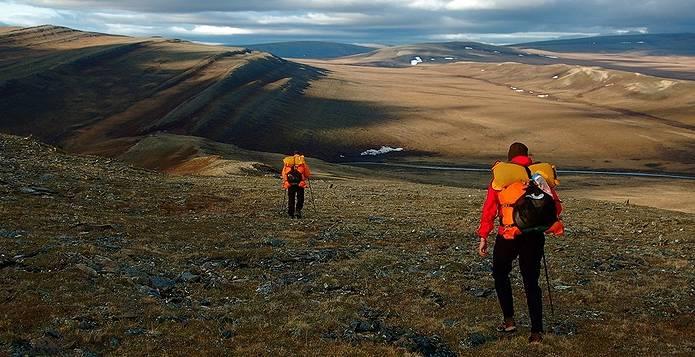 山道を歩く人たち