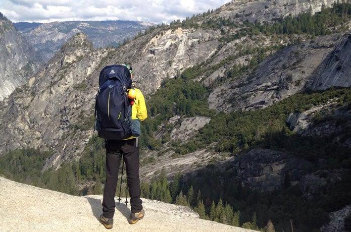 グレゴリのバルトロを背負い山を眺める男性