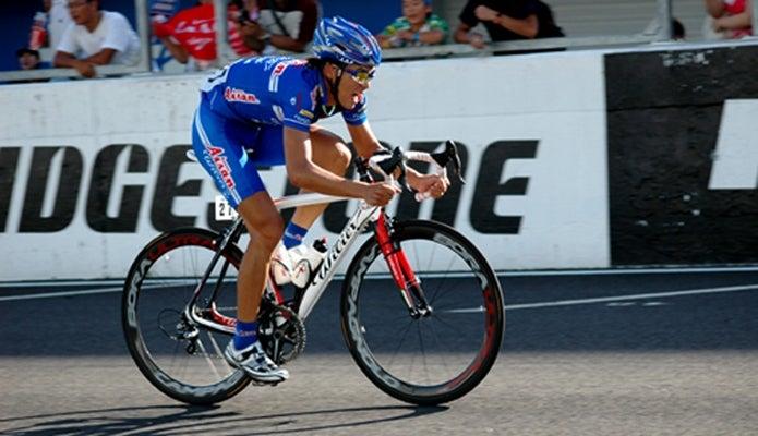 オークリーのサングラスをかけて自転車に乗る人