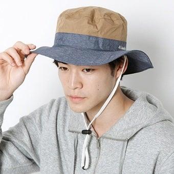 コロンビアの帽子をかぶった男性