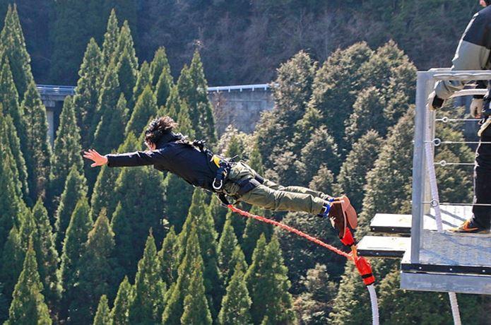 バンジージャンプで飛び降りる瞬間の人