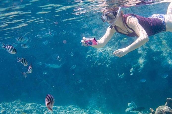 水中で防水カメラを使う人
