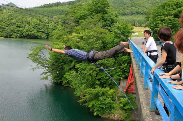 バンジージャンプで橋から飛び降りる男性