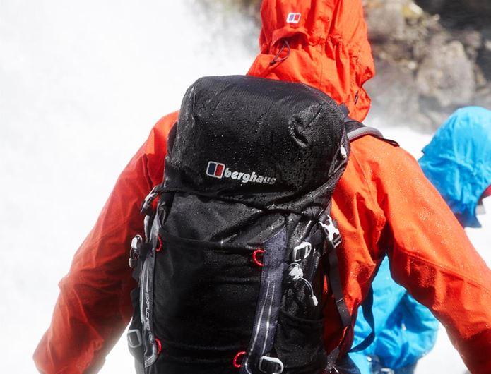 登山ブランドのBerghausのギアを着用する人の後姿