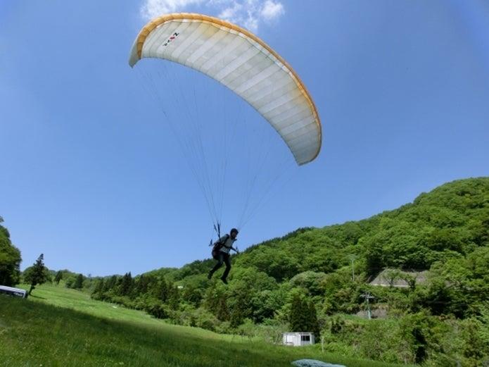 エアロクルーズ 池田山パラグライダースクールで飛ぶ人