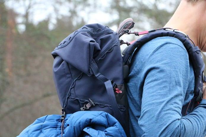 登山ブランドのクレッタルムーセンのザックを背負う人