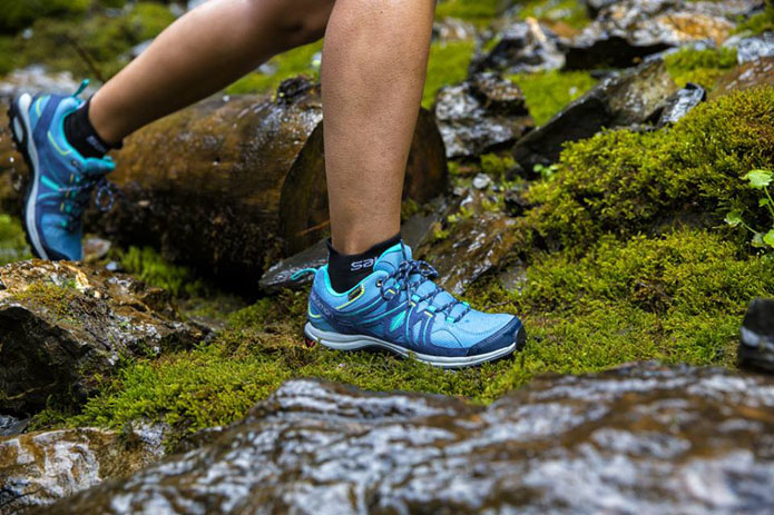 登山ブランドのサロモンのシューズを履く人の足