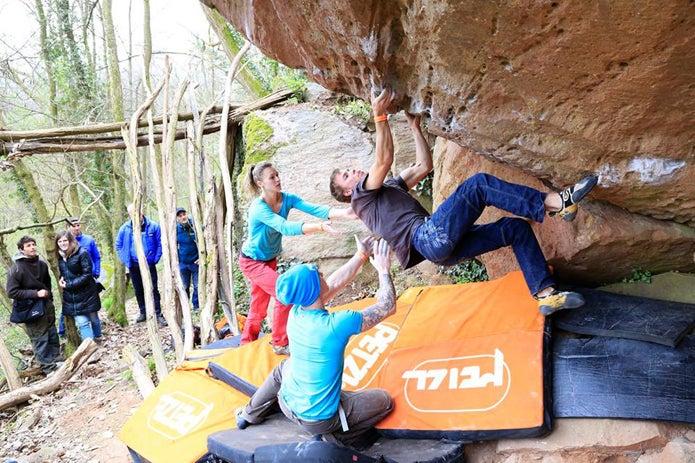 登山ブランドのペツルのイベントでクライミングをする人