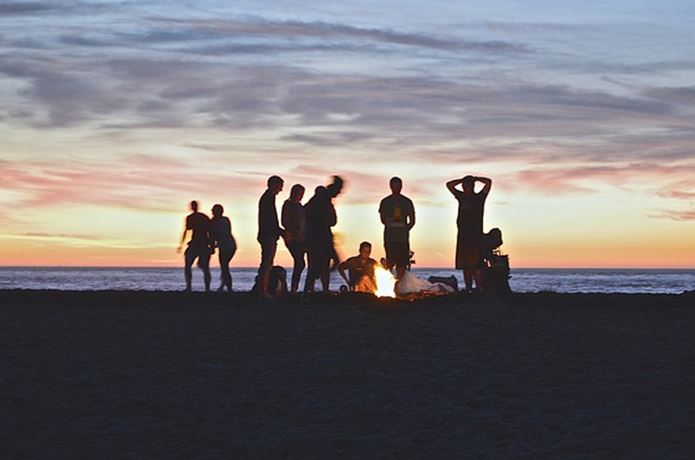 サマーキャンプで遊ぶ男女