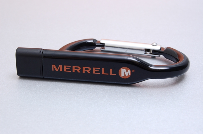 メレルのロゴが入ったUSBキーホルダー