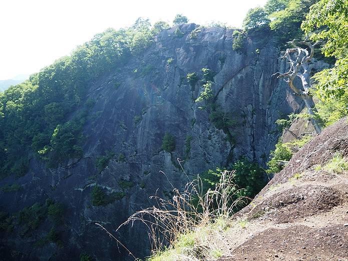 岩殿山 稚児落としの大岩壁