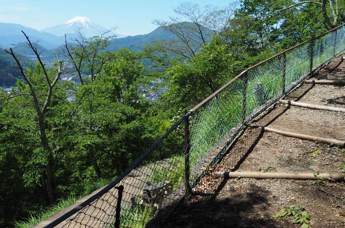 岩殿山 富士山展望の登山道