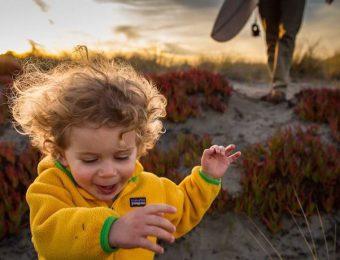 パタゴニアベビーを着て走る赤ちゃん