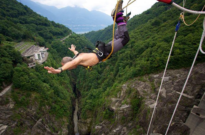 バンジージャンプで落下中の男性