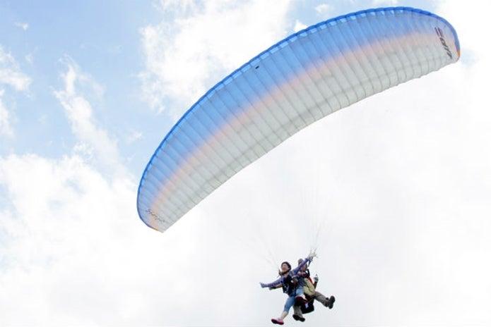 堂平スカイパークパラグライダースクールで飛ぶ人