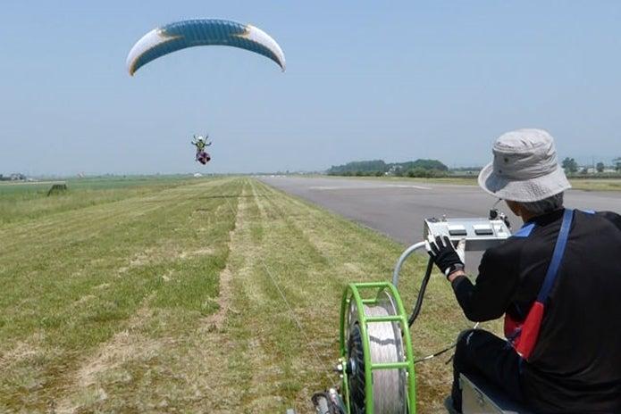 北海道美唄市でパラグライダーをする人