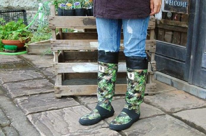 柄物の野鳥の会の長靴を履く人の足