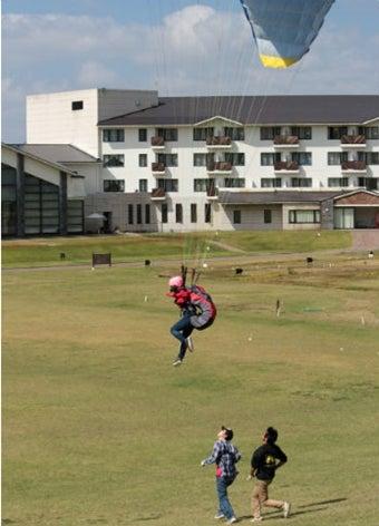 ジャムスポーツバラグライダースクールで着地する人