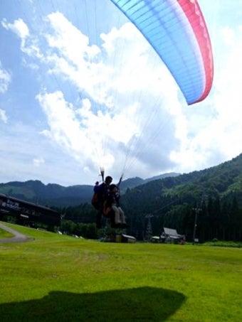 JMB立山パラグライダースクールで着地する人