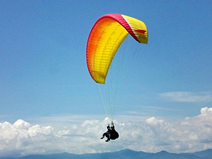 ソアリングシステム パラグライダースクールで飛ぶ人