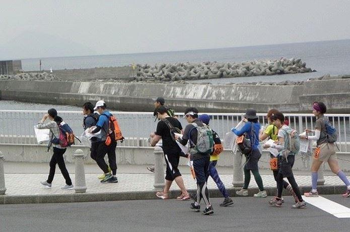ロゲイニングで歩き始める人々