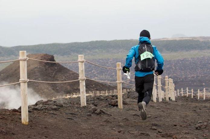 ロゲイニングで走る男性