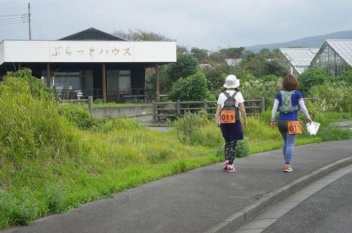 ロゲイニングで歩く女性2人
