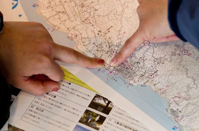 ロゲイニングで地図を指差す