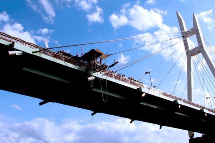 橋からバンジージャンプをする