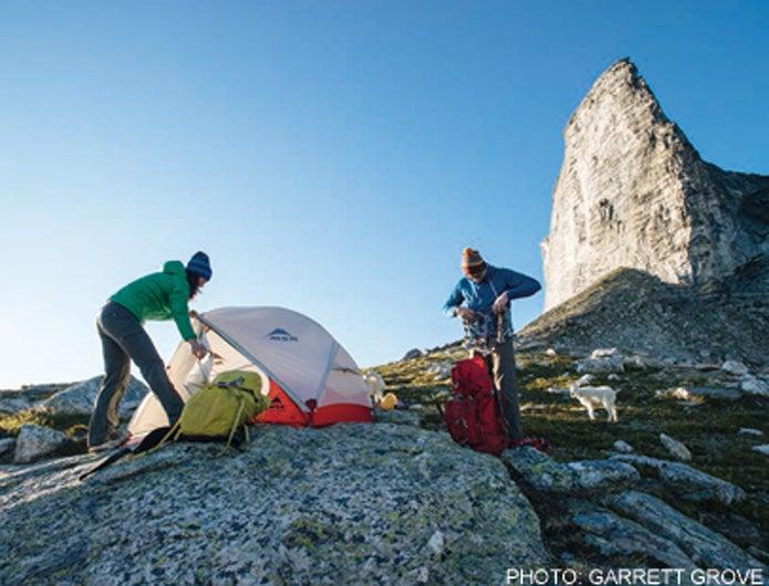 登山ブランドのテントを張った人々