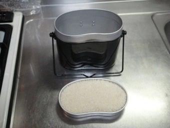 飯盒のフタで米の量を計る