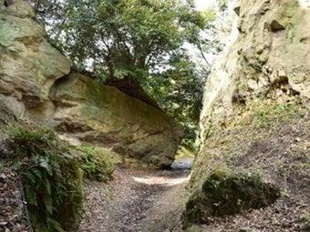鎌倉ハイキングで岩に囲まれた道