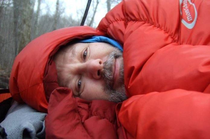 モンベルのシュラフで寝る男性