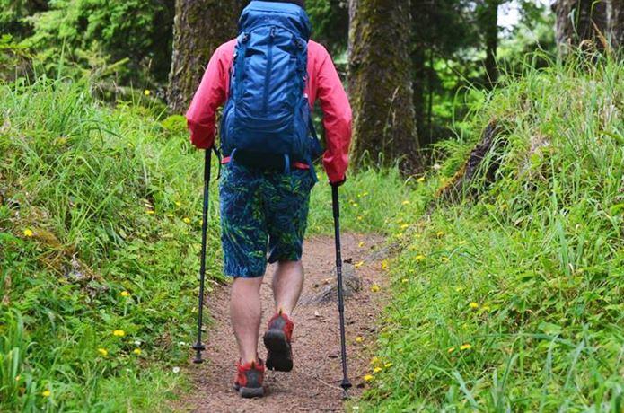 コロンビアの登山ズボンをはく男性