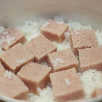飯盒でスパム炊き込みご飯