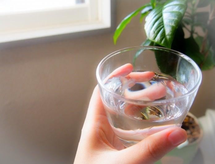 水毒防止に少しの水をコップに入れる